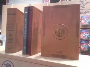 Der Sammelschuber Das Buch der Jedi/Das Buch der Sith auf dem Buchmesse-Stand des Oetinger-Verlags