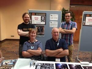 Brian Muir und seine Frau Lindsay auf der Jedi-Con 2014. Dahinter stehen Dan (wird weiter unten erwähnt) und ich.