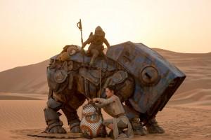 Rey trifft BB-8, als sie ihn aus dem Netz eines anderen Plünderers befreit