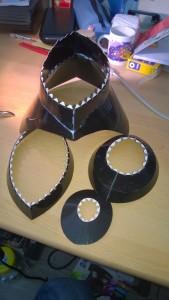 Einige bereits zusammengesetzte Teile des Helms