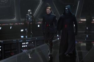 Captain Phasma, General Hux und Kylo Ren auf einem Schiff der Ersten Ordnung.
