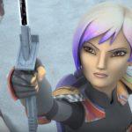 Sabine präsentiert ihrer Familie in Legacy of Mandalore das Dunkelschwert.