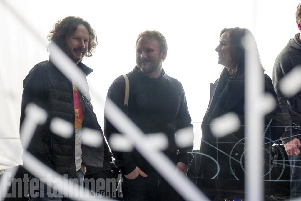 Produzent Ram Bergman, Regisseur Rian Johnson und Produzentin Kathleen Kennedy am Set (EW/Lucasfilm)