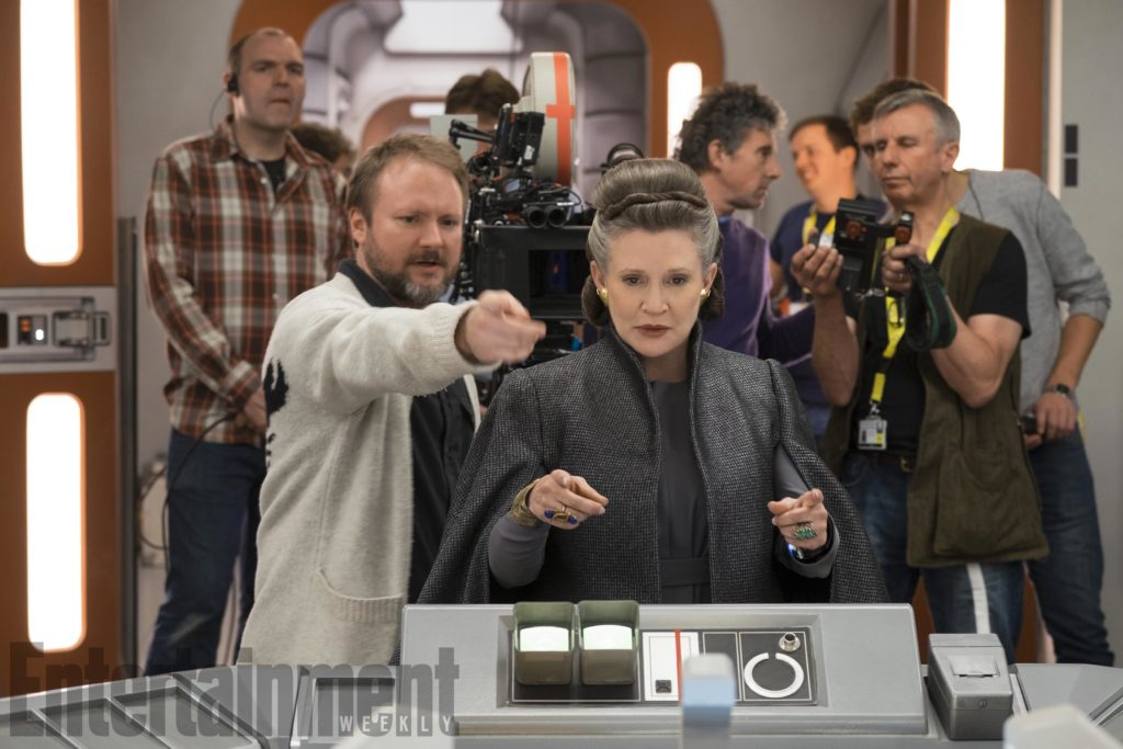 Regisseur Rian Johnson mit Carrie Fisher (Leia) am Set (EW/Lucasfilm)