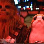 Chewbacca (Joonas Suotamo) und ein Porg in Die letzten Jedi (EW/Lucasfilm)