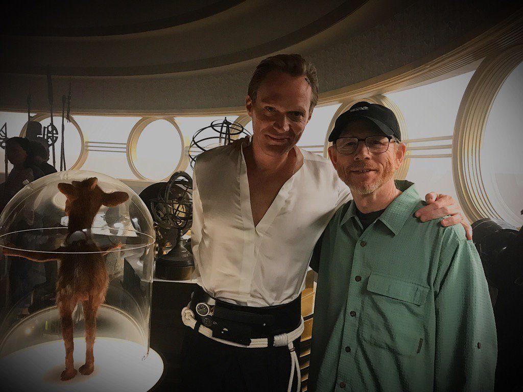 Paul Bettany als Dryden Vos mit Regisseur Ron Howard am Set
