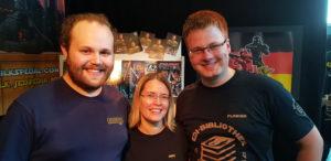 Ines und Florian am Stand der Jedipedia mit unserem Gast-Rezensenten und Jedipedianer Anthony