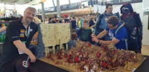 Oliver Kude mit seinem Dathomir-Modell aus Lego
