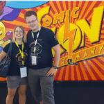 Ines und Florian vor dem Con-Logo aus Lego