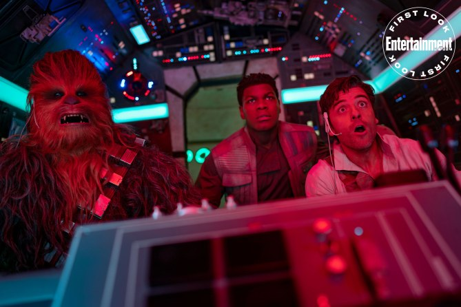 STAR WARS: THE RISE OF SKYWALKER Chewbacca (Joonas Suotamo), Finn (John Boyega) und Poe Dameron (Osacr Isaac) fliegen im Millennium Falken.