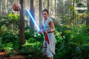 STAR WARS: THE RISE OF SKYWALKER Daisy Ridley als Rey kämpft gegen einen Trainingsdroiden.